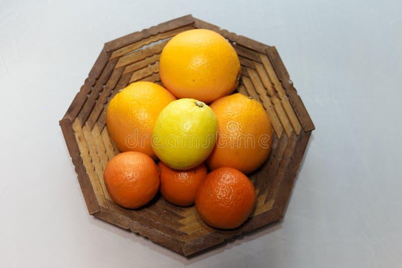 Naranjas en una cesta foto de archivo