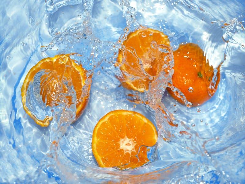 Naranjas frescas en agua imagen de archivo libre de regalías