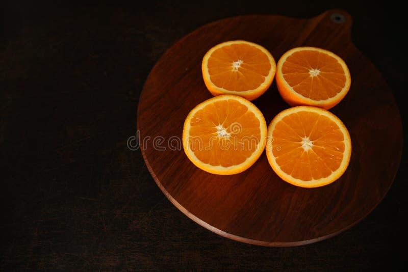 Naranjas jugosas frescas en fondo del queso de cerdo imagen de archivo