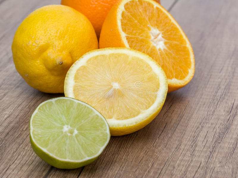 Naranjas, limones y fruta de la cal fotos de archivo