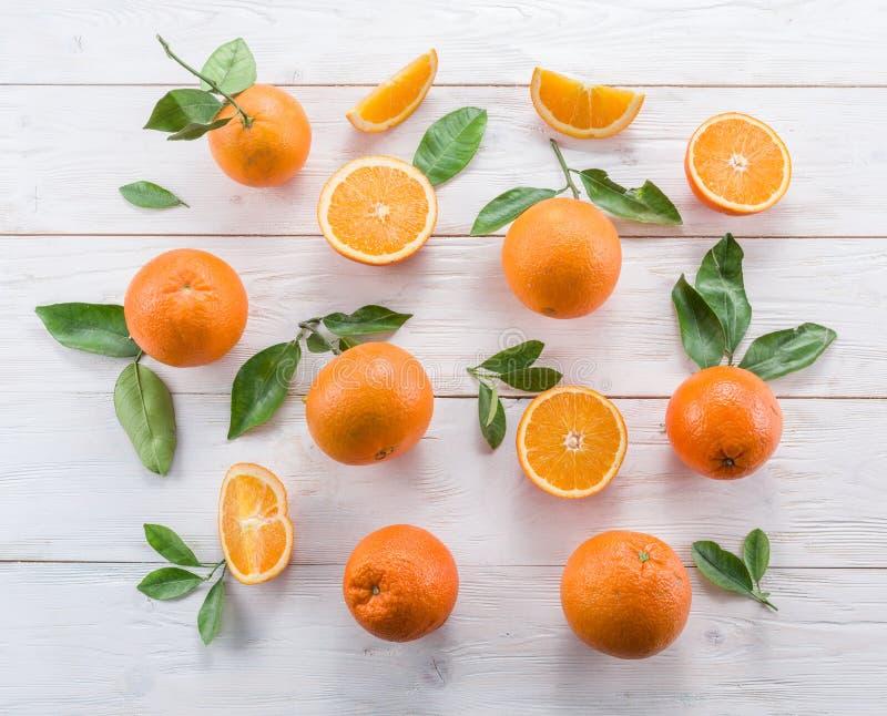 Naranjas maduras en la tabla de madera blanca foto de archivo