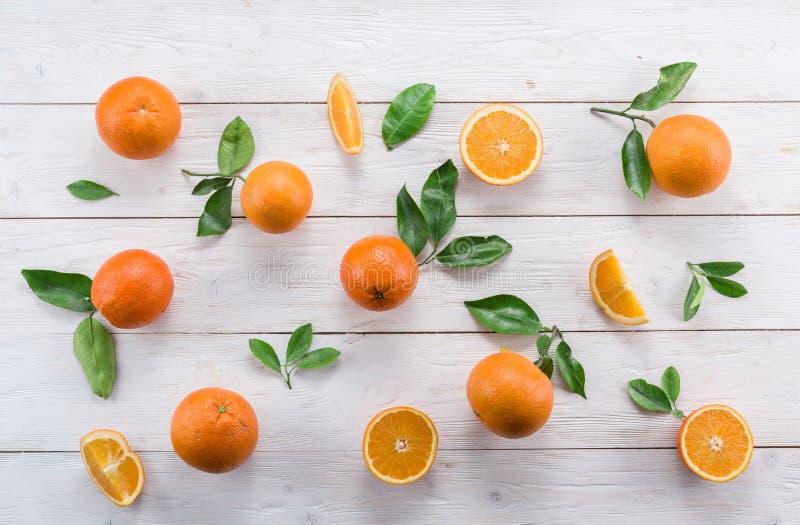 Naranjas maduras en la tabla de madera blanca fotos de archivo libres de regalías