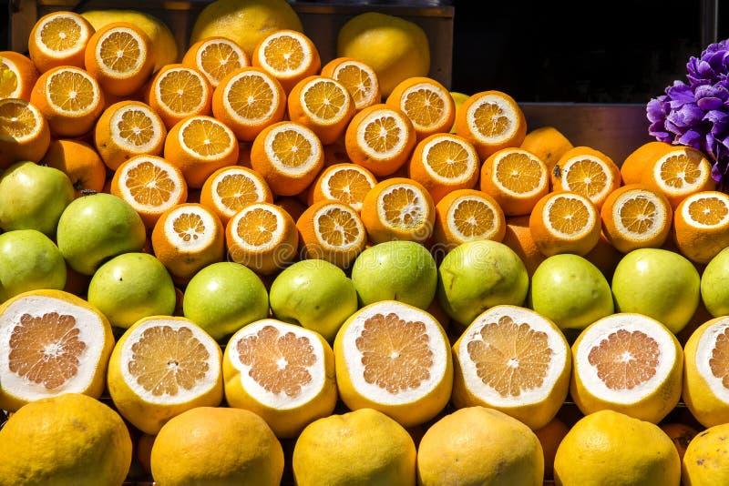 Naranjas maduras y manzanas verdes para recibir el jugo recientemente exprimido para la venta en la calle de Estambul, Turquía imágenes de archivo libres de regalías
