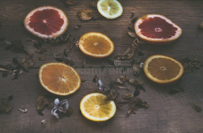 Naranjas y fondo de la fruta de la uva fotos de archivo
