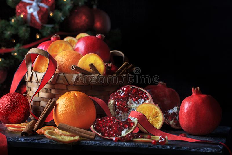 Naranjas y granadas del día de fiesta de la Navidad imágenes de archivo libres de regalías