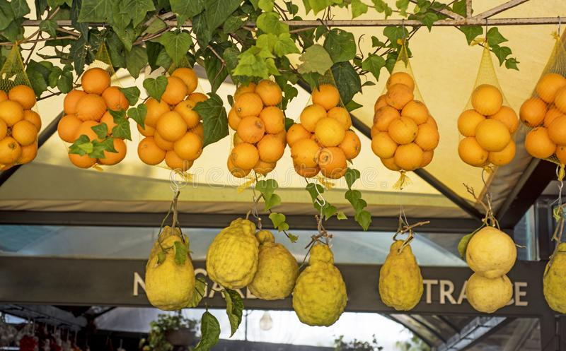 Naranjas y limón sicilianos frescos Mercado de la fruta italiana foto de archivo libre de regalías