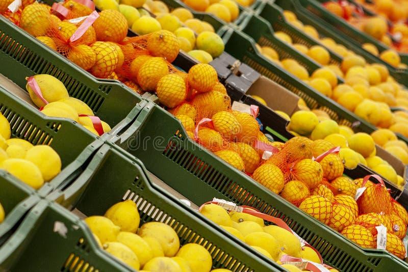 Naranjas y mandarinas en cajas en ventanas de la tienda foto de archivo