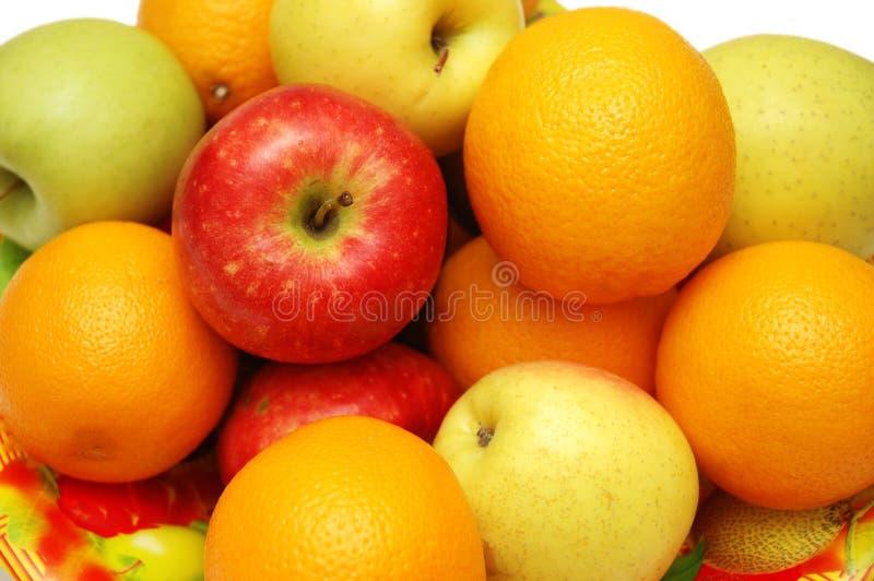 Naranjas y manzanas clasificadas adentro