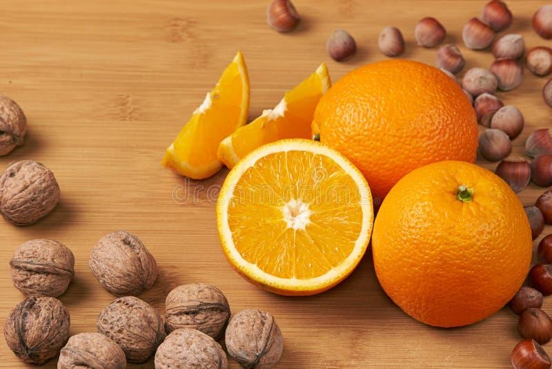 Naranjas y nueces frescas foto de archivo