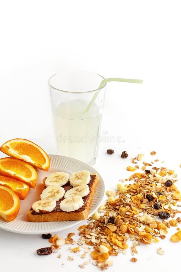 Naranjas y plátano jugosos deliciosos en el pan con el chocolate y f imágenes de archivo libres de regalías