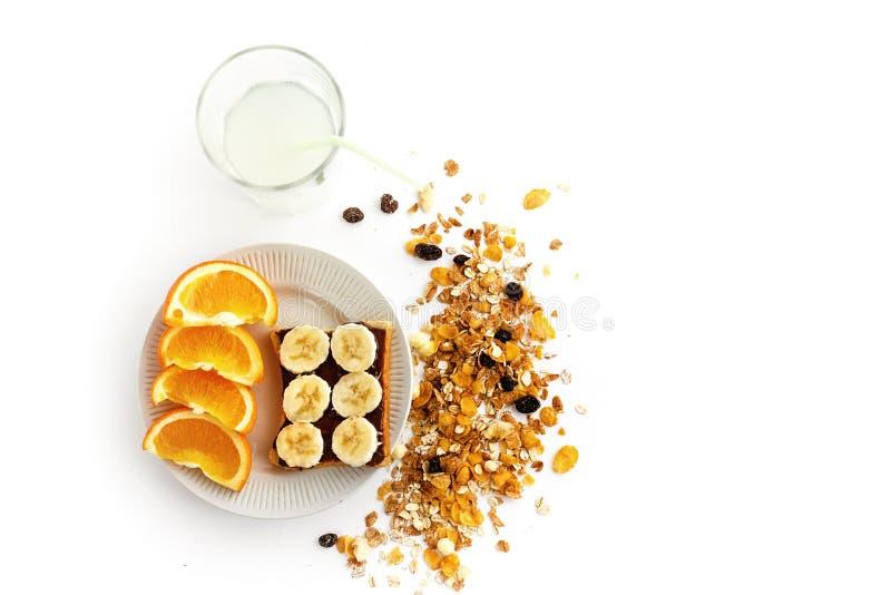 Naranjas y plátano jugosos deliciosos en el pan con el chocolate y f foto de archivo libre de regalías