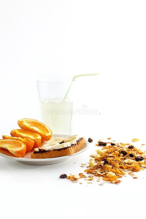 Naranjas y plátano jugosos deliciosos en el pan con el chocolate y f foto de archivo