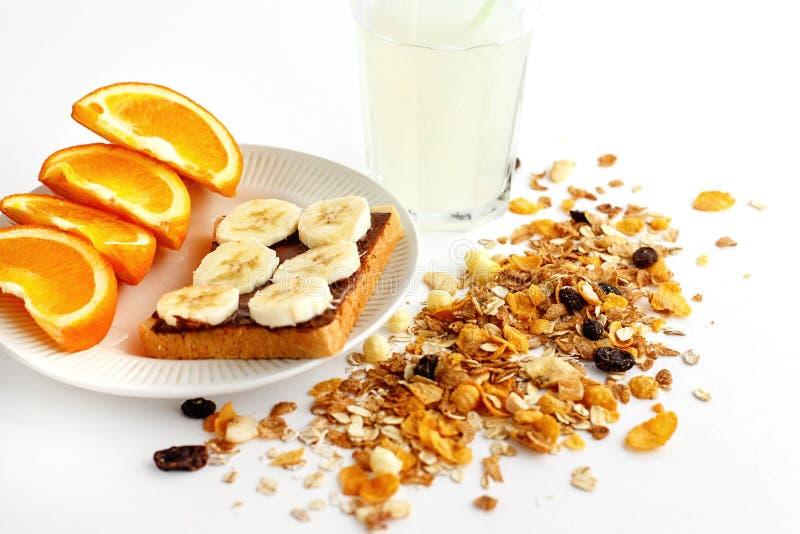 Naranjas y plátano jugosos deliciosos en el pan con el chocolate y f imagen de archivo libre de regalías