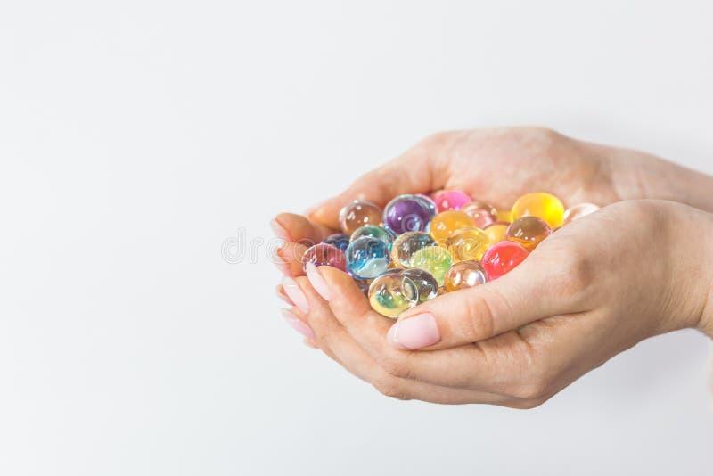 Narastające wodne piłki w rękach zdjęcie stock