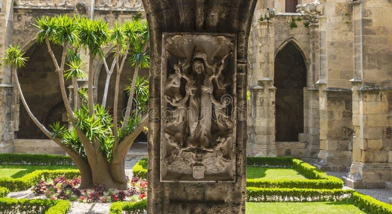 Narbonne, cloître de cathédrale images stock
