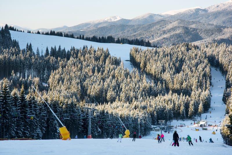 Narciarek i snowboarders zjazdowy skłon przy ośrodkiem narciarskim fotografia stock