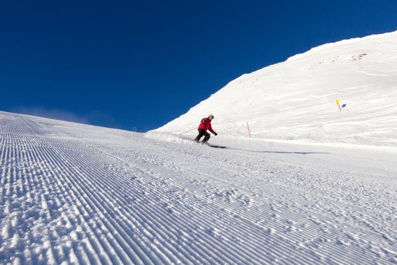 Narciarka na przygotowywającym narciarskim skłonie obrazy royalty free