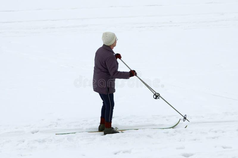 narciarka sinior zdjęcie royalty free