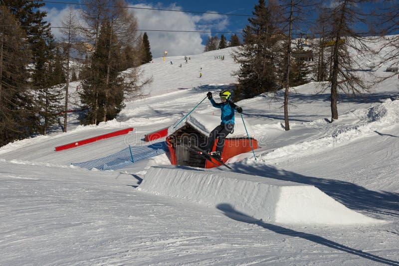 Narciarka w akci: Narciarski doskakiwanie w Halnym Snowpark zdjęcie royalty free