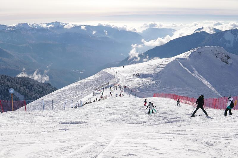 Narciarki i snowboarders jadą na halnych skłonach ośrodek narciarski zimy wakacje podróż fotografia royalty free