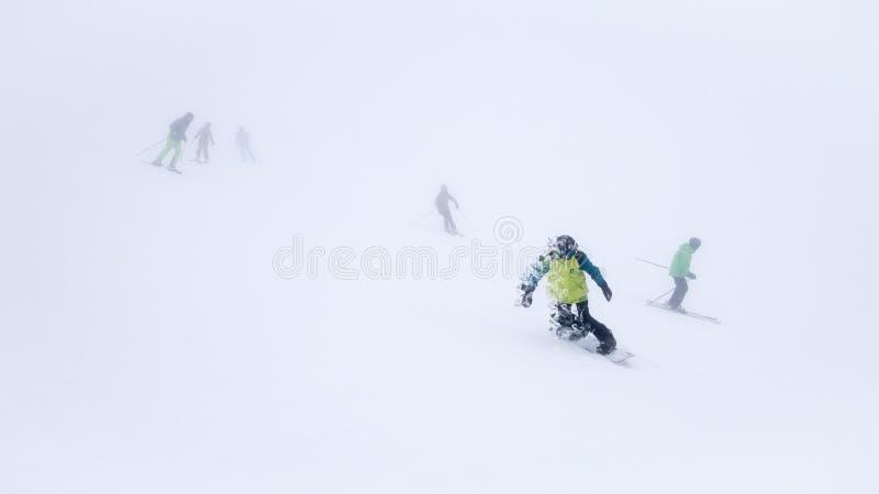 Narciarki i snowboarders w ośrodku narciarskim zdjęcie royalty free