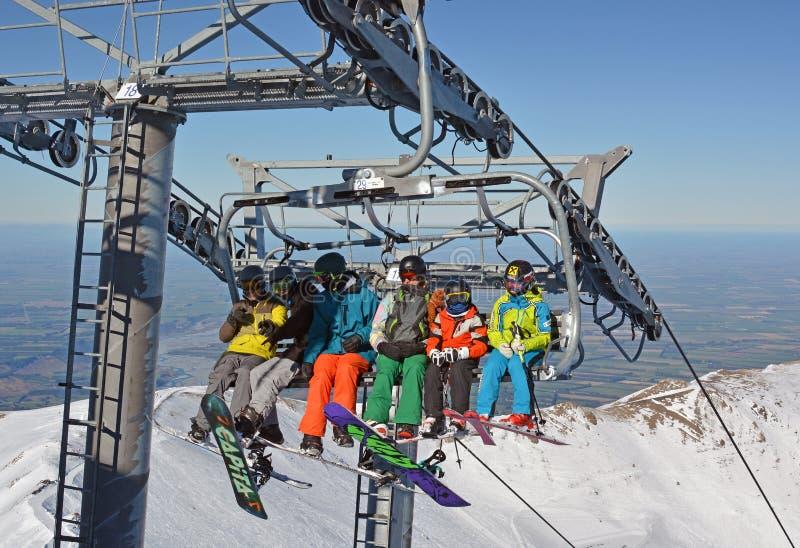 Narciarki na Chairlift wierzchołku góry Hutt narty pole fotografia stock