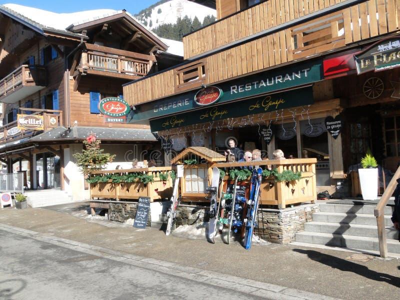 Narciarki opuszczają ich narty przeciw ogrodzeniu fotografia stock