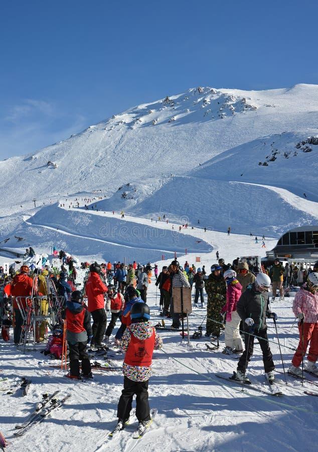 Narciarki przygotowywają dla Chairlift przy góry Hutt narty polem, Nowy Ze obraz royalty free