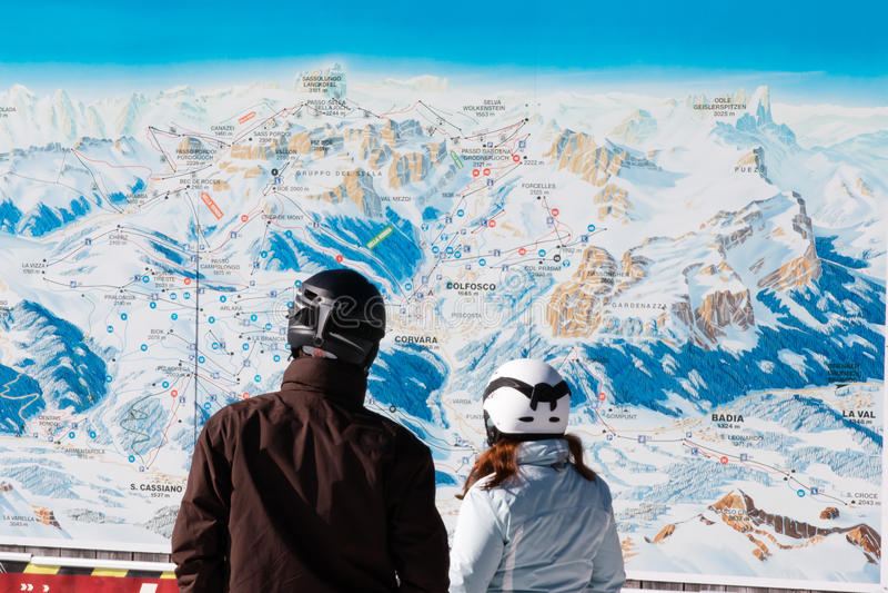 Narciarki z zbawczymi hełmami przed narciarską mapą obrazy royalty free