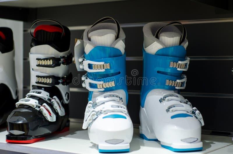Narciarscy buty dla sprzedaży w sklepie fotografia stock