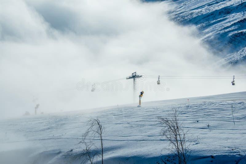Narciarscy dźwignięcia w shahdag halnym narciarstwie uciekają się obrazy royalty free