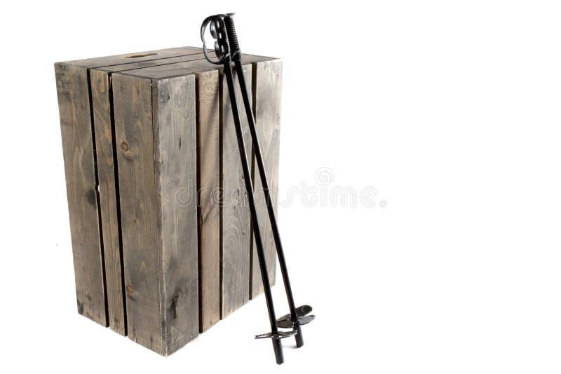 Narciarscy słupy odpoczywa na skrzynce zdjęcia stock