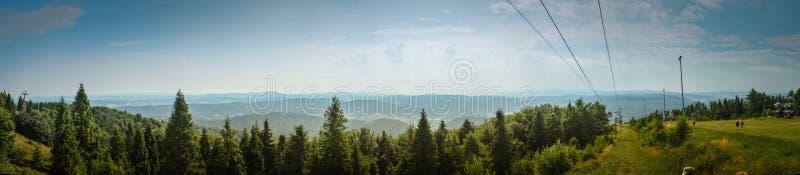 Narciarski ślad w lato panoramie obraz stock