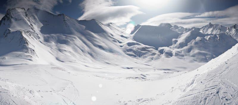 Narciarski śladu wakacje w zim śnieżnych i pogodnych Austriackich alps, panorama obraz stock