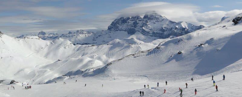 Narciarski dźwignięcie i narciarki zdjęcie stock