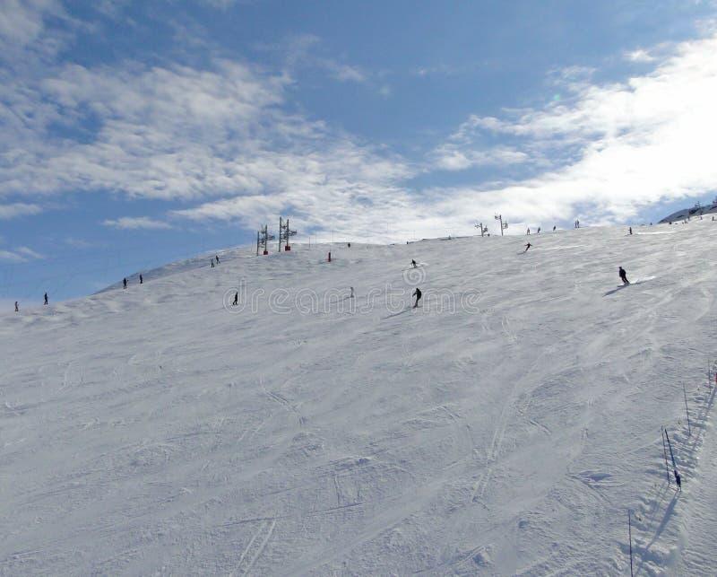 Narciarski dźwignięcie i narciarki obrazy royalty free