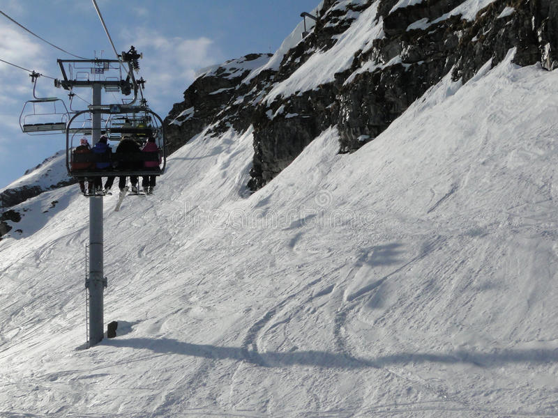 Narciarski dźwignięcie i narciarki obraz stock