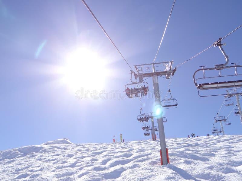 Narciarski dźwignięcie niesie narciarki obraz royalty free