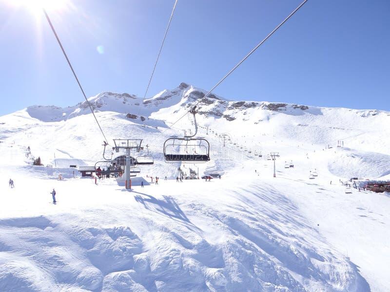 Narciarski dźwignięcie niesie narciarki fotografia stock