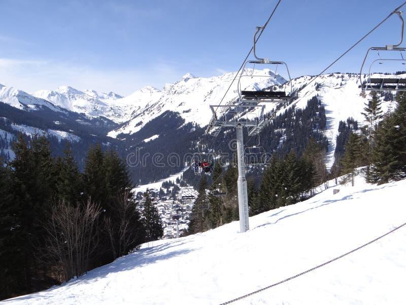 Narciarski dźwignięcie niesie wakacyjne narciarki w górę góry zdjęcia royalty free