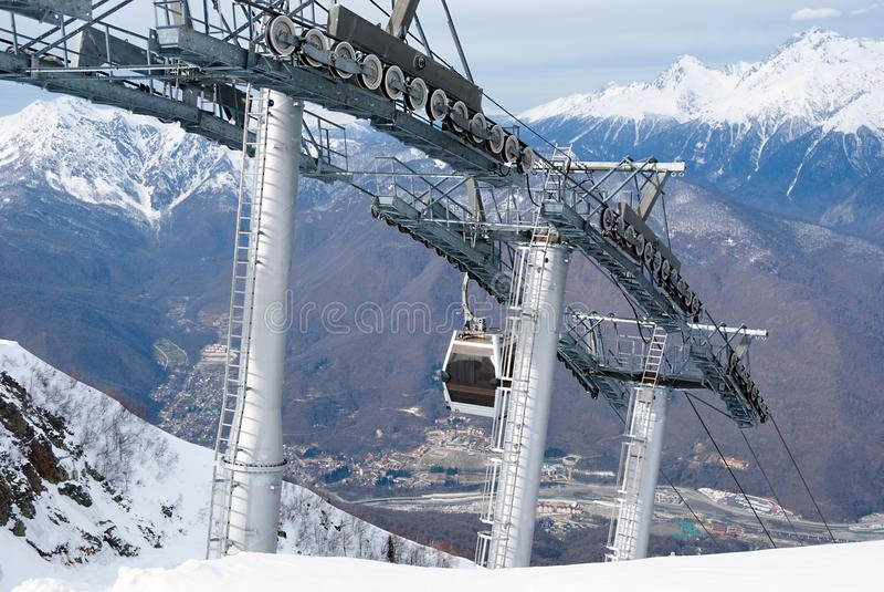 Narciarski dźwignięcie przy kurortem w górach obrazy stock