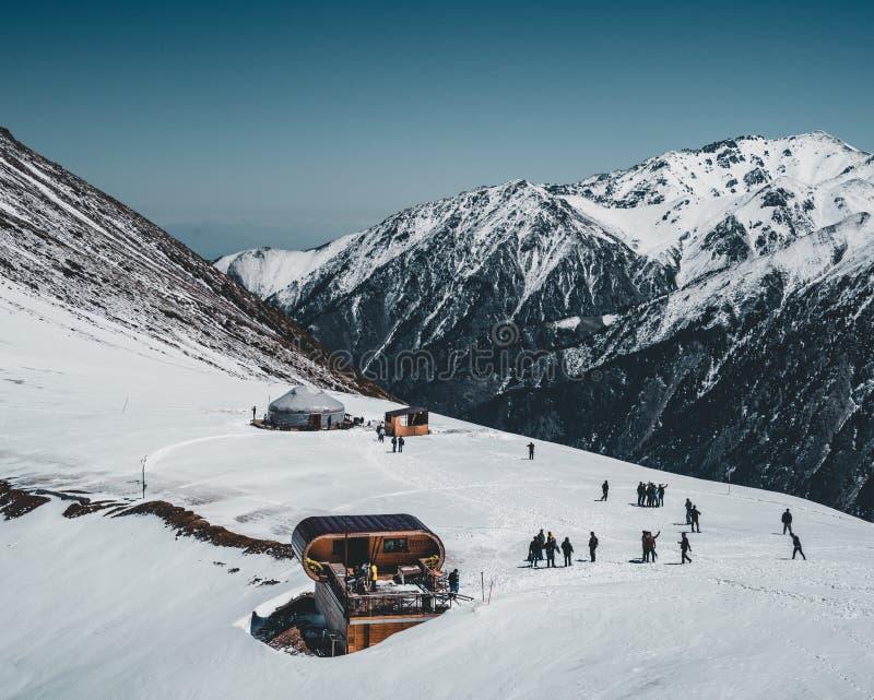 Narciarski dźwignięcie w Almaty górach Shymbulak ośrodka narciarskiego hotel w Almaty mieście, Kazachstan, Środkowy Azja zdjęcia royalty free