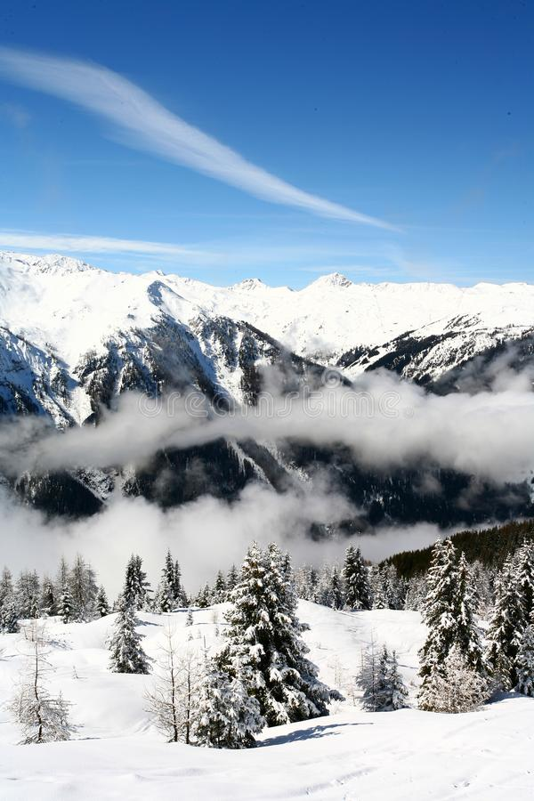 Narciarski dźwignięcie w górach zdjęcia royalty free