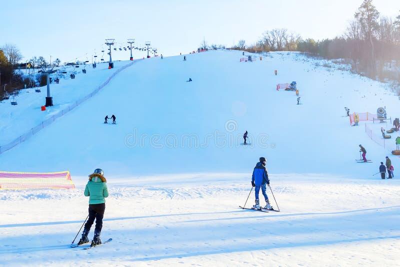 Narciarski skłon z narciarskim dźwignięciem i ludźmi narciarstw chłopiec wakacji lay śniegu zima zdjęcie royalty free