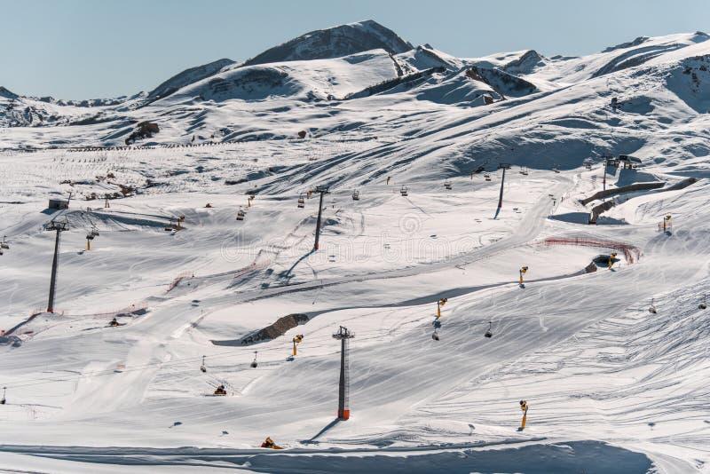 Narciarskich dźwignięć durings zimy jaskrawy dzień obrazy royalty free