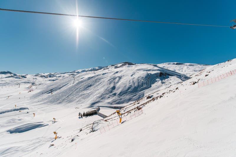Narciarskich dźwignięć durings zimy jaskrawy dzień zdjęcia stock
