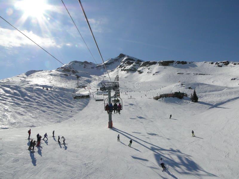 narciarskie dźwignięcie narciarki zdjęcie royalty free