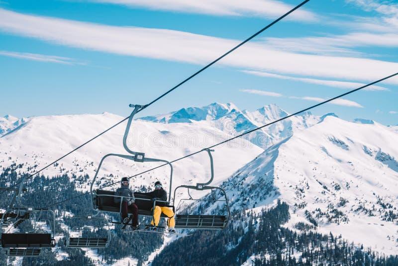 Narciarskie lewicy i wagony kolei linowej w Alps zimie uciekają się zdjęcia royalty free