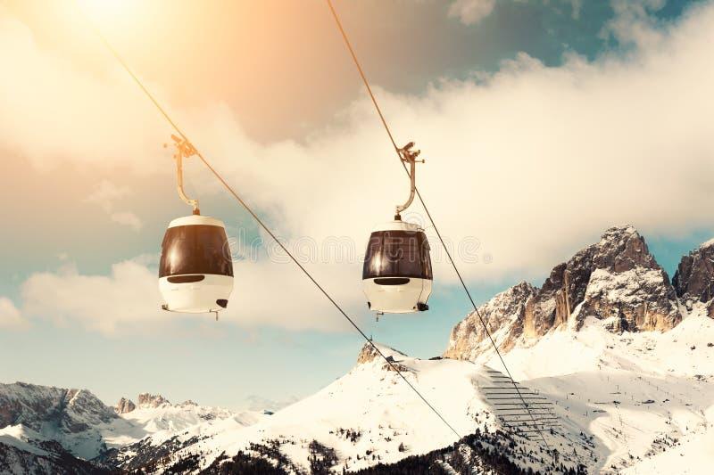 Narciarskiego dźwignięcia kabina w ośrodku narciarskim w zima dolomitu Alps Val Di Fassa, Włochy obrazy royalty free