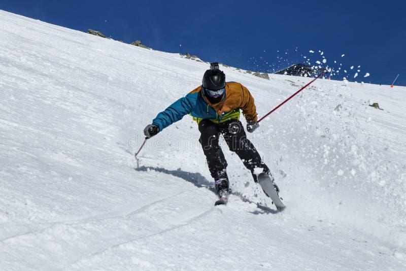 Narciarstwo brutalne w niskich tatarach, Słowacja Pro skier ma problem z agresywnym stylem jazdy Upadnie, jeśli stanie. obrazy stock